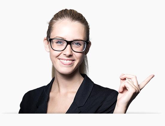 Kobieta wskazująca na formularz kontaktowy