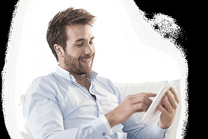 Mężczyzna przeglądający stronę internetową na tablecie